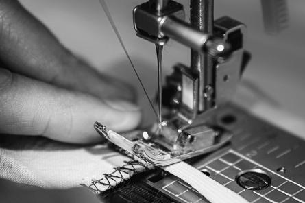 2A Label - Textile - gros plan sur machine à coudre et travail de l'artisan
